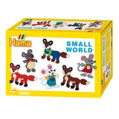 Maak de mooiste vossen en muizen met deze strijkkralenset van Hama. Geef de muizen een vrolijk jurkje en maak vossen in allerlei verschillende kleuren! De set bevat 2000 strijkkralen, 2 legbordjes, een voorbeeld, een strijkpapiertje en een handleiding. Afmeting: verpakking 17 x 11,5 x 6 cm - Hama Strijkkralenset - Vos en Muis, 2000st.