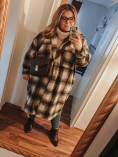 @elabonbonella plus size blogger | shacket trend with turtleneck and louis vuitton pochette metis | elabonbonella.com Plus Size Looks, Turtleneck, Plus Size Fashion, Fashion Beauty, Fur Coat, Louis Vuitton, Jackets, Matching Outfits, Long Jackets