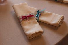 Ronds de serviette bleus et roses avec nœuds papillon et sucette bébé.  Baptême, baby shower...