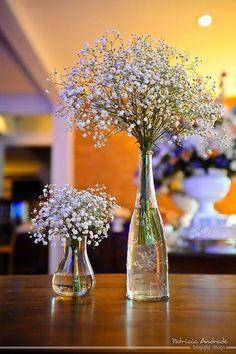 Uma das mais graciosas maneiras de se usar flores na decoração  é em vidrinhos que já serviram de recipientes para outros usos: medicamentos, miniaturas de bebidas, pimentas e molhos, e por aí vai. Podem ser transparentes, coloridos, pintados ou misturados. Veja mais no link: http://umbrinco.com/blog/2013/10/18/vidrinhos-flores-e-delicadezas/