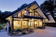 Ein Haus wie ein Maßanzug. Die traditionelle Holzständerbauweise ermöglicht individuelle Entwürfe. Die großzügigen Glasflächen und die tragende Holzstruktur geben dem Eigenheim eine individuelle Optik. Foto: djd/flock-haus
