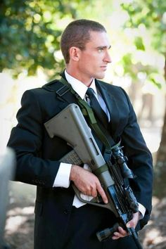 Royal New Zealand military police close protection unit member with Steyr AUG assault rifle. Military Gear, Military Police, Military Weapons, Protection Rapprochée, Bodyguard Services, Surplus Militaire, Executive Protection, Private Security, Hot Cops