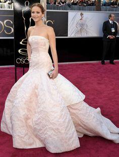 Una de las invitadas más elegantes y espectaculares de los Oscar 2013 fue sin duda Jennifer Lawrence que acertó con este delicado diseño de Alta Costura de Dior en color maquillaje de escote palabra de honor y falda voluminosa. Nos gustaron sus complementos minimalistas, joyas de Chopard, clutch de Roger Vivier y zapatos de Brian Atwood.