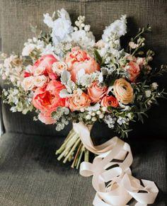 Todo lo que debes saber del Bouquet de Novia – ¿Cómo elijo el bouquet perfecto? El ramo de novia, Significados del ramo de novia, Consejos para elegir el ramo, ¿Cuál es la diferencia entre ramo y Bouquet? Floral Wreath, Wreaths, Bridal, Decor, Tips, Boyfriends, Elegant, Flowers, Floral Crown