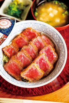「牛カツ丼」(1944円)。国産牛モモ肉を120g使用。レアなお肉を、サクサク衣のカツ、甘口ソースが引き立てる/豆萬味 祇園