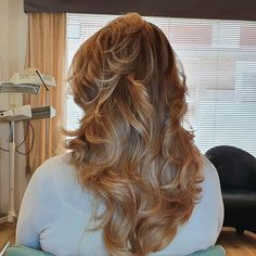 The Highlights, as the name suggests, start high up, and when they are done on curls the whole hairstyle is somehow colored. The lowlights come in the lower parts of the hair and they are usually part of the balayage technique. The waves or curls that are loose or not natural better present in colored as lowlights. Balayage Technique, Curls, Highlights, Waves, Hairstyle, Long Hair Styles, Natural, Beauty, Color