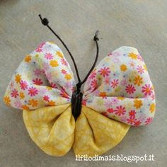 Ho trovato questa bella idea nel web qui , non credevo fosse così carina una volta realizzata, ma ho dovuto ricredermi perchè è anche di... Fabric Butterfly, Fabric Flower Brooch, Butterfly Crafts, Cloth Flowers, Felt Flowers, Fabric Flowers, Baby Sewing Projects, Diy Craft Projects, Diy Home Crafts
