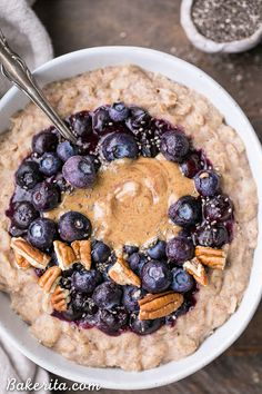 This simple Blueberry Muffin Oatmeal is sweetened with a banana, spiced with cinnamon and topped with an easy blueberry compote! Top with all your favorite toppings for a delicious, healthy + filling breakfast that is far from boring. Breakfast And Brunch, Healthy Filling Breakfast, Breakfast Bowls, Healthy Breakfast Recipes, Healthy Foods To Eat, Quick And Easy Breakfast, Healthy Snacks, Healthy Recipes, Blueberry Oatmeal Muffins