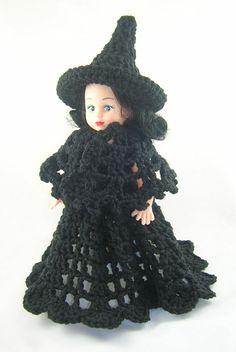 This air freshener doll is dressed in a black witch costume. The costume consists of 3 pieces, a hat, dress and cape. I made the costume removable so the doll can where other costumes through the year. Doll Amigurumi Free Pattern, Doll Patterns Free, Doll Clothes Patterns, Crochet Patterns, Crochet Doll Dress, Crochet Girls, Crochet Doll Clothes, Crochet Crafts, Crochet Toys