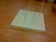 Estructura de fusta amb forats per una de les cares i amb un joc de 24 bastons de diferents llargades per practicar-hi seqüenciacions o petites experimentacions arquitectòniques. Les mides de l'estructura són 60x60 o 120x120cm, i els bastons fan 20, 40, 60 i 80cm.