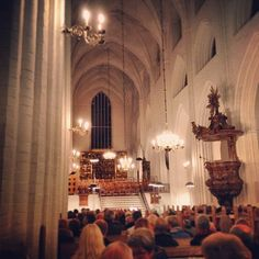 #OdenseDomkirke tæt pakket en halv time før start. #Messias #Händel #SktKnudsKirke #odense #symfoniorkester www.thisisodense.dk/7075/messias-i-domkirken