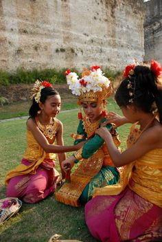 Balinese dancers. The girl in the middle is in the costume of a legong dancer, a part for which she'll have trained rigorously from about the age of five. #Bali #Indonesia