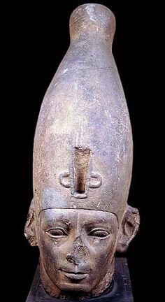 """62.Corona Azul: Es un tocado alargado y redondeado o,  tachonado  de circulos, con cordoncillo  brillante que rodeaba la parte posterior. Probablemente estaba realizada en cuero (o en un material flexible similar), con discos metalicos cosidos.Su antiguo nombre era egipcio era """"jepresh"""". En los relieves y pinturas suele aparecer representada  en color azul, color simbólico  asociado  al rey en sus roles activos,  como la batalla o el cumplimiento de los rituales  de los templos.(Dinastia…"""