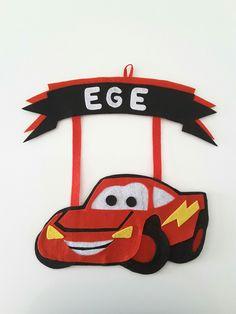 Çocuk odası kapı süsü.  Şimşek McQueen. Keçeden yapılmıştır. İsteğinize göre isim yazılır. Disney Cars, Mcqueen, Pasta, Character, Molde, Diy, Feltro, Pendants, Lettering