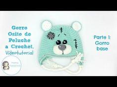 Patrón y vídeo tutorial gratuito para realizar un gorro a crochet con orejeras, ideal para niños pequeños.