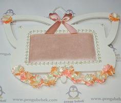Çiçekli ahşap kelebek bebek kapı süsü. pengubebek.com ' da