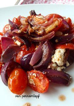 Penne im Topf: Tomaten und Rote Zwiebeln aus dem Ofen