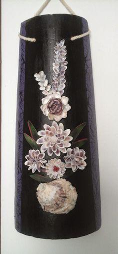 Decoración con conchas de mar: Tejas decoradas con flores de conchas de mar.
