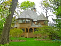 Frank Lloyd Wright designed the Robert Emmond House in La Grange, IL, in 1892 while still working for Adler & Sullivan. One of FLW's bootleg houses, the Emmond house mirrors the Robert Parker and Thomas Gale bootleg houses in Oak Park. #chicagosavvytours #franklloydwright
