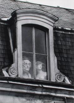 a window on the quai voltaire, paris, photo by andre kertesz, 1928 Andre Kertesz, Vintage Photography, Street Photography, Art Photography, Black White Photos, Black And White Photography, White Art, Louis Aragon, Grand Palais