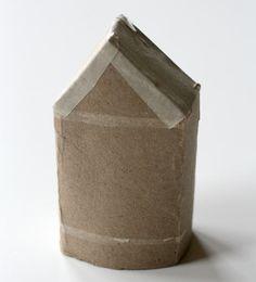 DIY : Maisonnette en carton | La cabane à idées Recycling, Vase, Diy, Home Decor, Toilet Paper, Cabin, Toilets, Tools, Decoration Home
