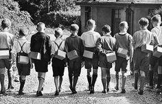 Britain at war | Boy evacuees with gas masks; Second World War: evacuating London