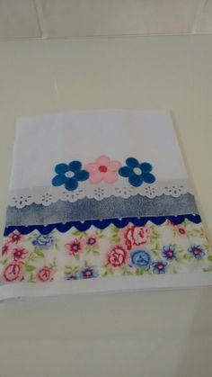 Pano de copa Dish Towels, Tea Towels, Church Crafts, Craft Sale, Applique Designs, Hope Chest, Kitchen Towels, Fabric Crafts, Couture