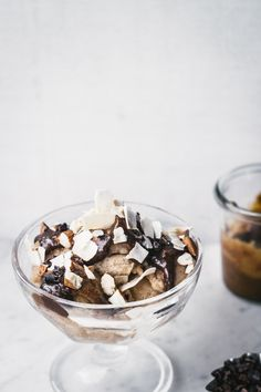 Breakfast Banana Bread Ice Cream Sundaes {vegan} - Izy Hossack - Top With Cinnamon Frozen Desserts, Frozen Treats, Hamburgers, Baking Recipes, Dessert Recipes, Vegan Recipes, Top With Cinnamon, Fertility Foods, Paleo
