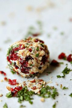 Goat Cheese Truffles, an elegant and beautiful addition to your cheese platter or appetizer selection. Easy to make and equally delicious - Amy in the Kitchen (Goat Cheese Making) Finger Food Appetizers, Appetizers For Party, Appetizer Recipes, Delicious Appetizers, Individual Appetizers, Gourmet Appetizers, Fingers Food, Cranberry Cheese, Yummy Food
