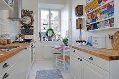 Nie wiesz jak urządzić nieustawną, długą kuchnię? Przekonaj się, że nawet wąska kuchnia może być stylowa i efektowna.