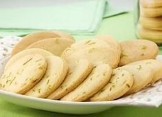 Faça já! Biscoitinhos de limão que derretem na boca... - Gastronomia - Bonde. O seu portal I Love Food, Good Food, Yummy Food, Biscuits, Sweet Cookies, Fat Foods, Portuguese Recipes, Four, Food Plating