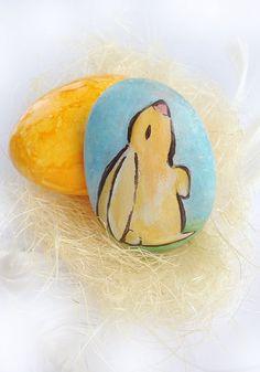 Coniglietto di Pasqua , sasso a forma di uovo dipinto a mano per decorare, da collezione, idea regalo