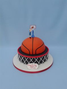 We have scoured the internet and found the best of best basketball themed cakes. Look no further if you are thinking about having a basketball themed party. Un Cake, Oreo Cake, Basketball Birthday Parties, Basketball Cupcakes, Sport Cakes, Cake Decorating Videos, Valentine Cake, Novelty Cakes, Cakes For Boys