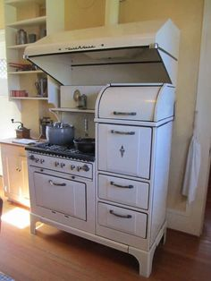 The kitchen stove, made by Wedgwood, has six burners, two ovens and a warming oven Although not original to the house the vent hood above was used by the Martson family The Marston House, San Diego is part of Antique kitchen - Antique Kitchen Stoves, Antique Stove, Old Kitchen, Vintage Kitchen, 1950s Kitchen, Kitchen Art, Vintage Appliances, Kitchen Appliances, Small Appliances