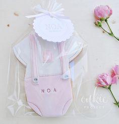 Galleta decorada de body o traje de bebé  para bautizo de niña!! Galletas originales y personalizadas para bebés decoradas en fontant y con un packaging bonito!!