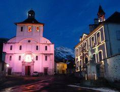 L'église d'Accous éclairée la nuit - Vallée d'Aspe, Pyrénées Atlantique