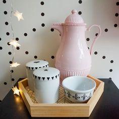 Kit higiene diferente nos tons de rosa, bandeja hexágono, potes estrela e coração e garrafa térmica retrô Rice.  www.coisasdadoris.com.br