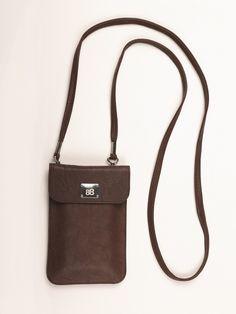 """BROWNIE   Knitter-Look Das sportliche, geschmackvolle und unkomplizierte Modell im angesagten """"Knitter-Look"""" - der lässige Begleiter in feinem Lamm-Nappa als Handy- und Smartphonetasche mit abnehmbarem Trageriemen."""