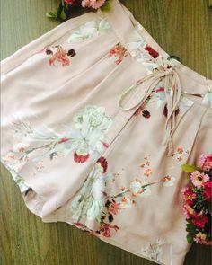 Shorts Floral Print (129,00) Disponível nas cores verde e rosa. Compre pelo site www.santasantina.com.br ✔Pagamento via depósito bancário ✔ Cartões de crédito via pagseguro. Parcelamos em até 3x sem juros. ✔ Enviamos para todo o Brasil via sedex ou PAC. #lojasantasantina #trend #moda #estilo #instafashion #santasantina #arraso #vestidadesantina #fashion #moda #modaparamulheres #modaparameninas #ootd #dodia #vendasonline #americana #shorts #bermuda #verao2018 #awesome