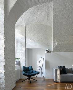 Кресло Husk по дизайну Патриции Уркиолы для B&B Italia — среди любимых предметов студии za bor; диван Carmo, BoConcept; подушки, Minotti. В нише непонятного происхождения — портрет, написанный Арсением.