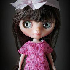 Hoy les quiero presentar a la pequeña Bambi. Su nombre fué elegido por su mamá quien ya la espera en Reino Unido. Muy pronto ella viajará para reunirse con mami y su hermana Tabitha  *Mini vestido disponible en mi tienda Etsy! • • • #Sonydolls #blythedoll #blythe