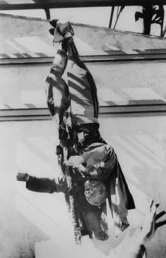 Mussolini's Corpse Hanged At Piazzale Loretto After His Execution In Milan In 1945. (Photo by Keystone-France/Gamma-Keystone via Getty Images)