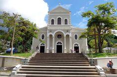 Viaje de Novios a Seychelles: Qué ver en las Isla de Mahé. La catedral de Nuestra Señora de la Inmaculada Concepción es una de las primeras iglesias de las Islas Seychelles. Fue construida en 1851 y en su interior está enterrado el primer y único obispo de Seychelles, fallecido en 2001. Esta catedral fue completamente renovada en los años 90.   #ViajeDeNovios #LunaDeMiel #Seychelles