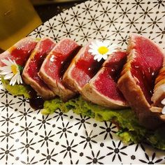 Llega la nueva carta y...sugerencias tan buenas como ésta!!  Tataki de atún rojo balfegó con guacamole  #tataki #food #atun #new #nuevo #plato #yummy #eeeeeats #eat #lunch #friday #today #lunchtime #buenisimo #bar #restaurant #restaurante #bcn #barcelona #foodies #foodporn #gastro #gastronomia #ChicoBarBcn by chicobar_bcn
