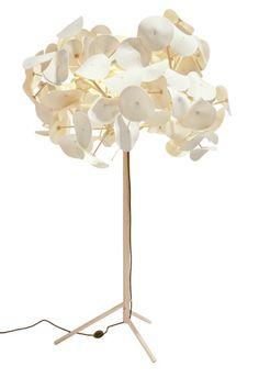 """Lampadaire composé d'un pied en bois massif et de """"feuilles"""" en feutre fixées à l'aide d'ampoules LED pour un éclairage doux. Design : Peter Schumacher"""