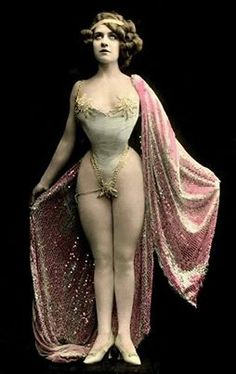 Circus girl 1905-1915. Don't know her name but boy did she have a figure. Work them curves girl!