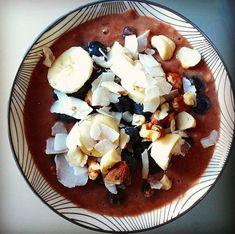 Een ontbijtje dat 's morgens al op jou staat de wachten. Klinkt goed toch? Dat ook nog gezond is? Nog beter nietwaar? En ook nog eens superlekker? Dat klinkt als overnight oats. Eén van mijn favoriete ontbijtgerechten. Wat het precies is en hoe je het maakt, lees je op Ontbijtblog. Overnight Oats, Acai Bowl, Oatmeal, Breakfast, Food, Acai Berry Bowl, The Oatmeal, Morning Coffee, Rolled Oats