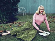 Lara Stone by Mert & Marcus for Vogue US. Green and pink.  Nice Fall combination.