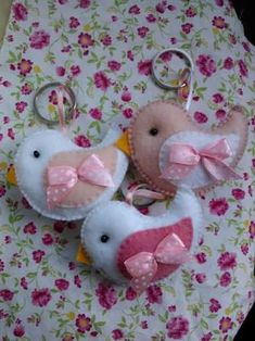Pajaritos Felt Crafts Diy, Felt Diy, Easter Crafts, Sewing Crafts, Sewing Projects, Hobbies And Crafts, Crafts For Kids, Felt Keychain, Felt Birds