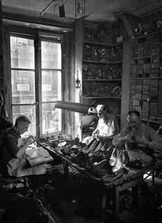 Robert Doisneau - Craftsmen //   Galvaing cordonnier des théâtres 1954